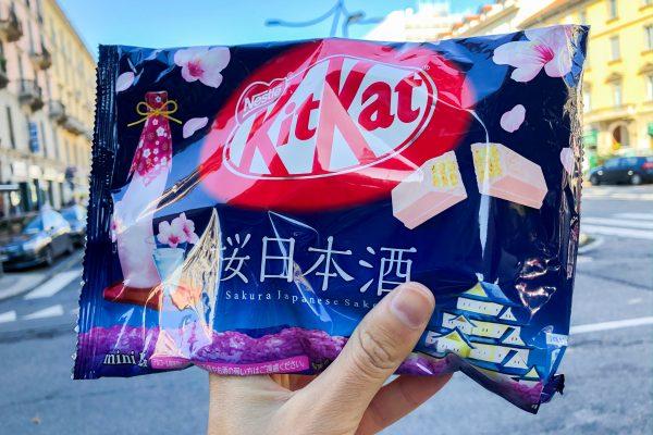 Abbiamo acquistato qui: KitKat al gusto sakura e sake