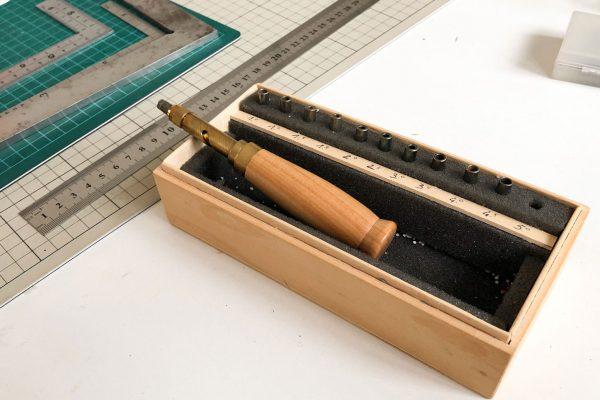mono-arte-attrezzi-lavoratori-carta-fustella